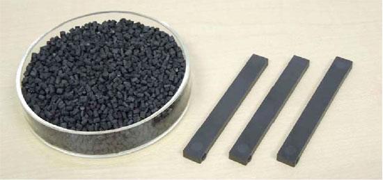 量産に成功した負熱膨張性マンガン窒化物を配合した樹脂複合材料(左)ペレット(右)射出成形された抗折試験片